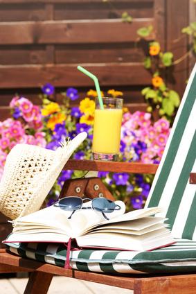 Urlaub auf dem Balkon mit Buch und Drink